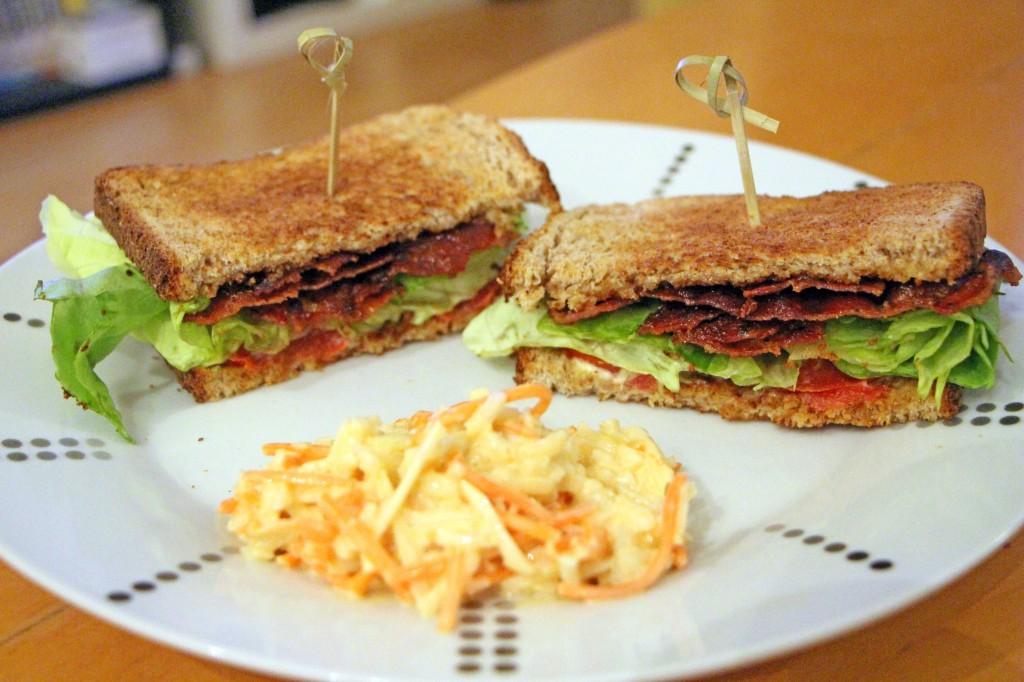 Préparer sandwich club américain au bacon laitue et tomates