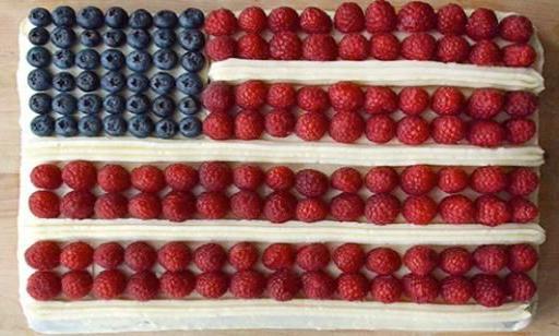 Gâteau aux fruits rouges en forme de drapeau américain