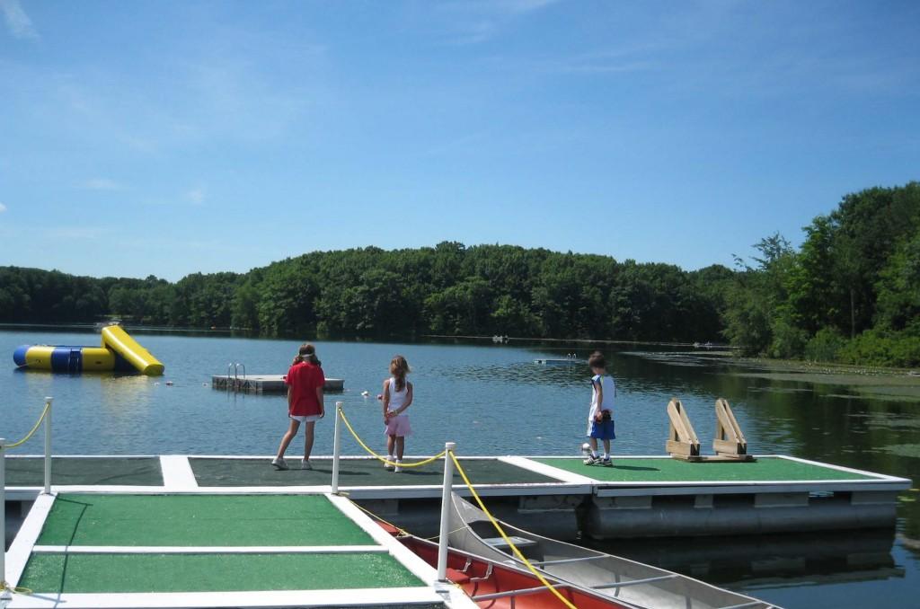 Camps de vacances américains au bord d'un lac