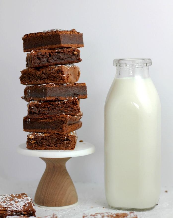morceaux de brownie empilés et bouteille de lait